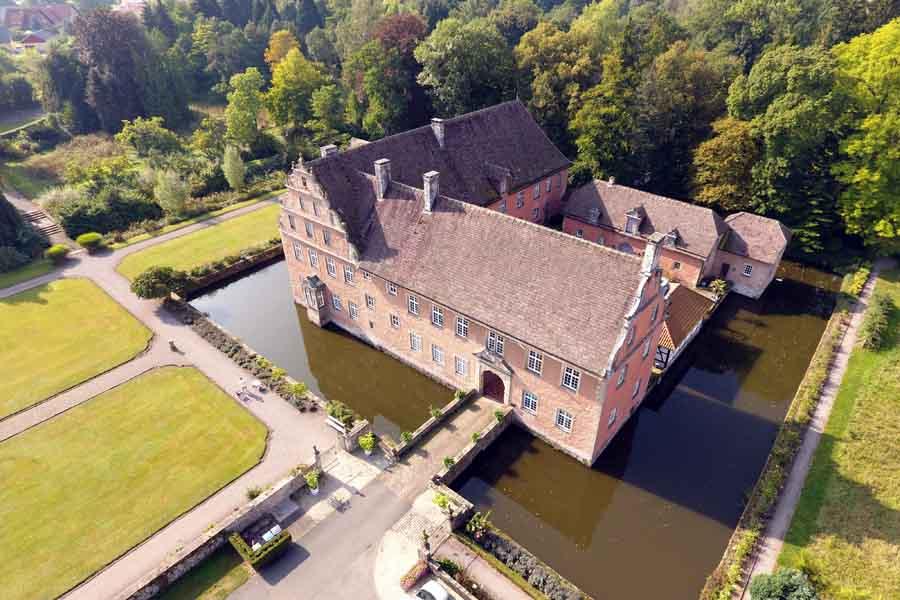 Luftbild eines Schlosses mit Multikopter (Drohne) aufgenommen.